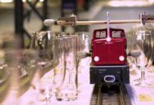 Photo of قطار صغير يدخل موسوعة جينيس بعزف أطول لحن موسيقى باستخدام 3 ألف كوب.. فيديو