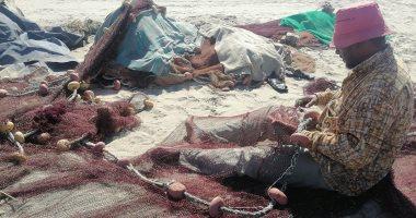 "Photo of ""غزل الشباك"".. صيادو بورسعيد يحترفونها على رمال الشاطئ.. صور"